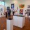 Während der Eröffnung. Objekte im Vordergrund von Jochen Ruopp.